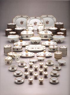 China. Dinner, tea, and coffee service made for the American market. Hard-paste porcelain. 250+ pieces. Samuel Chase may have commissioned for his marriage in 1784. Metropolitan Museum of Art.