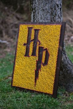 Embroidery On Paper Harry potter string art String Art Templates, String Art Patterns, Theme Harry Potter, Harry Potter Room, Harry Potter Canvas, Nail String Art, String Crafts, Hilograma Ideas, Arte Linear