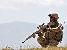 Auf dem Bild sehen Sie einen Fallschirmjäger in Afghanistan mit einem G3 A3 mit Zielfernrohr ZF
