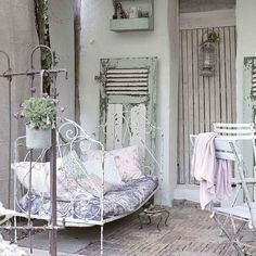 so shabby chic - old twin iron bed for a place to sit outside. Cottage Shabby Chic, Shabby Chic Homes, Shabby Chic Style, Boho Chic, Country Chic, Country Decor, French Country, French Chic, French Style
