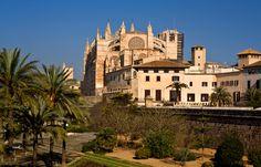 Meri, ranta ja aurinko kuuluvat keskeisesti Mallorcaan, mutta ihanalla lomakohteella on kosolti muutakin tarjottavanaan. Pääkaupunki Palma hemmottelee nähtävyyksillään ja ostosmahdollisuuksillaan. #Palma #Mallorca #Cathedral #Aurinkomatkat #matkablogi