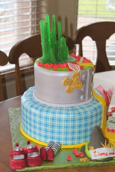 How cute is this cake?! Click the pin for how to make it and other fun Wizard of Oz themed party ideas from our Just Kidding Around Tab!