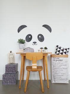 Muurdeco PANDA MEET OUR NEW BIG FRIEND PANDA. En BIG is hij zeker! Van oor naar oor ca 73 cm, maar past gewoon door de brievenbus (dus lekker goedkoop met versturen ? )