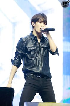 Hongbin looking too chic in all black (especially that faux leather button up) ><