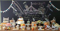 """Nesta festa com tema brinquedos antigos, o painel atrás da mesa do bolo foi feito com a técnica """"chakalboard"""" (pôster com frases, dizeres e desenhos feitos no computador imitando risco de giz). Kelly Pinheiro, da Bella Fiore (www.globbellafiore.com), assinou a decoração do evento"""