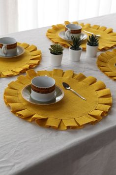 Yellow burlap placemat diameter -Home Round place mats - Wedding placemats - Home decor - Av Handmade Crafts, Diy And Crafts, Burlap Tree Skirt, Thanksgiving Placemats, Little Presents, Craft Room Decor, Dining Decor, Dining Room, Burlap Christmas