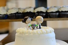 Adore this Princess Leia & Han Solo Cake topper!  Star Wars Geeky handfasting from @offbeatbride