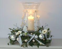 Kerststuk met glazen windlicht