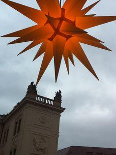 Herrnhuter Stern - schwebend über dem Stallhof in Dresden 2013