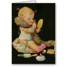 de vintage kinderen drukken door Charles Twelvetrees van een meisje die in een spiegel kijken terwijl het zitten op een hoofdkussen die roze babybuiten dragen die lippenstift toepassen.  Zij draagt ringen op haar uiterst kleine vingers, versieren de armbanden haar wapen en een lange bundel neer van parelsherfsten van haar hals aan de vloer.  Uiterst kleine bontstole is rond haar hals en stroomt al manier aan de vloer.