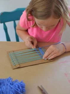 Children make small weavings with homemade cardboard looms. Perfect for ages 5 and up! Children make small weavings with homemade cardboard looms. Perfect for ages 5 and up! Weaving For Kids, Weaving Art, Loom Weaving, Projects For Kids, Diy For Kids, Crafts For Kids, School Age Activities, Activities For Kids, Weaving Projects
