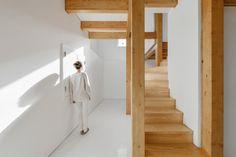 Estrutura de madeira dentro de paredes de pedra / Corpo Atelier