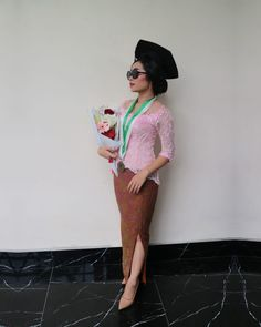 Graduation in style Model Dress Kebaya, Kebaya Modern Dress, Kebaya Hijab, Kebaya Bali, Graduation Look, Graduation Outfits, Graduation Pictures, Model Kebaya Modern, Batik Dress