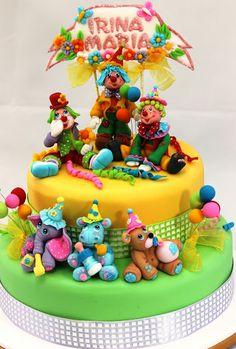 In weekwnd am facut un tort de botez inedit. Spun inedit pentru faptul ca nu l-am decorat cu copilasi. Copilasul, respectiv Irina Maria, a f...