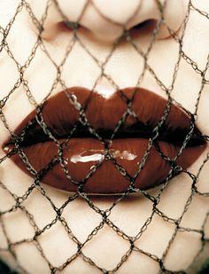 Lips In Chains #makeup, #lips, #pinsland, https://apps.facebook.com/yangutu