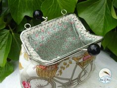 Tutorial excelente para poner una boquilla de metal Fabric Purses, Fabric Bags, Types Of Purses, Frame Purse, Embroidery Bags, Crochet Fabric, Insulated Lunch Bags, Coin Bag, Patchwork Bags