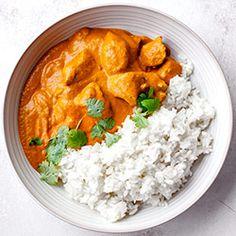 Klasyczne danie kuchni indyjskiej, obecnie bardzo popularne także w wielu innych krajach na całym świecie. Kawałki kurczaka marynowane w jogurcie i aromatycznej mieszance przypraw (garam masala) następnie gotowane w sosie pomidorowym z dodatkiem śmietanki.