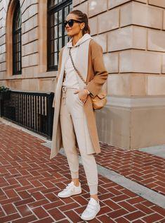Monochromatic Cream/Neutral Toanl outfit - Fashion Jackson Wearing Camel Coat Beige Sweatshirt Beige Sweatpants Veja V-LOCK Sneaker Utility Jacket Outfit, Trench Coat Outfit, Green Utility Jacket, Camel Coat, Pants Outfit, White Sneakers Outfit, Sneakers Fashion, Simple Outfits, Casual Outfits