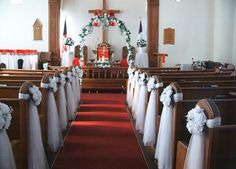 Decoración de los bancos de la iglesia para la boda