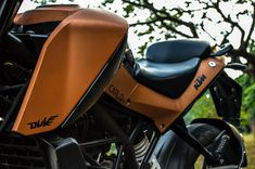 This KTM Duke 390 has Copper matte metallic color paired with Glossy Black. The alloy rims have changed color too, from orange to black. In these images Ktm Duke 200, Color Pairing, Metallic Colors, Custom Paint, Motorbikes, Color Change, Riding Helmets, Pairs, Orange