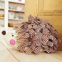 Hedgehog Door Stop - iris skulle vara livrädd för den men fen är så himla söt! Felt Crafts, Crafts To Make, Fabric Crafts, Arts And Crafts, Diy Crafts, Sewing Toys, Sewing Crafts, Sewing Projects, Craft Projects