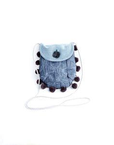Mini borsa tracolla celeste blue jeans grigio riciclo tessuto pom pom custodia smartphone retrò ecofriendly : Astucci, miniborse di filoecoloridiila #bag #minibag #shoulder #handmade #denim #jeans #upcycle #ecofriendly #giftidea