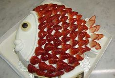 Fish Cake w/Strawberry Scales Strawberry Birthday Cake, Fruit Birthday Cake, Strawberry Cakes, Birthday Treats, Cute Food, Yummy Food, Just Desserts, Dessert Recipes, Best Party Food
