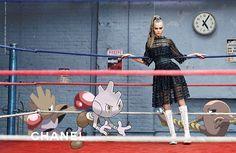 """#NewsBazaar Bajo el nombre """"#PokexFashion"""", un estilista canadiense apasionado por la moda y los pokémon, es el artista escondido en la intervención de estas campañas en las que los personajes de #PokemonGo, compiten con modelos como Cara Delevingne. #Pokemon #CaraDelevingne #Chanel #BazaarMx #TelevisaLuxuryMedia #HarpersBazaarMx"""