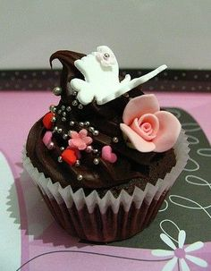 What's the draw of cupcakes over the more traditional wedding cake? Description from bride.net. I searched for this on bing.com/images