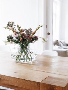 Vasen dekorieren mit wildem Blumenstrauß. Hanna Plagens machts vor mit der Urna Vase von Marimekko | #connox #beunique