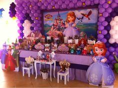 Decoração de festa infantil princesa Sofia com balões
