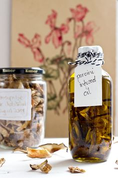 Preserve some fall in a flask with porcini infused olive oil - a great umami source for salad, soups and pasta! Food Tips, Food Hacks, Burgers And More, Look What I Made, Kitchen Gifts, Preserving Food, Japanese Food, Homemade Gifts, Mornings