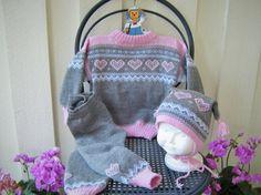 Sett med genser/bukse og lue i år - Epla Pullover, Drawstring Backpack, Fashion Backpack, Panda, Backpacks, Knitting, Threading, Trousers, Tall Pants