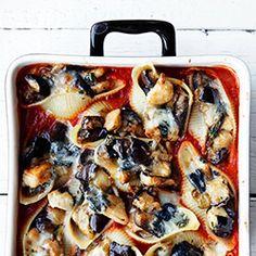 Muszle makaronowe faszerowane bakłażanem, kurczakiem i serem kozim, zapiekane w sosie pomidorowym.