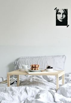 Love breakfast in bed? Make this diy breakfast in bed table and it's great for using your laptop in bed too #diy #diybreakfastbedtray #diybreakfasttable