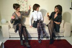 Wenn Frauen in Strumpfhosen einen netten Abend auf der Couch verbringen.