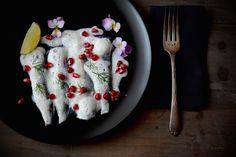 Sardina marinada con aire de coco y lima, con chile y granada. By Fresa & Pimienta