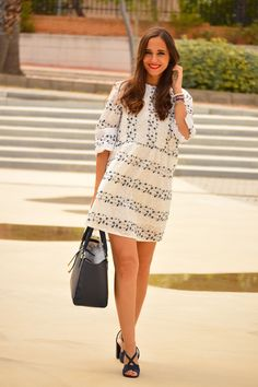 1000 MANERAS DE VESTIR: Flowering dress. White navy floral embroidery dress+navy ankle strap heeled sandals+navy tote bag. Spring Dressy Casual Outfit 2017