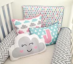 Mix de estampas modernas e almofadas com nuvem ☁ Tendência em alta no quarto do bebê! #kitberço #almofadas #tendência #decoração #nuvem #chevron #triângulos #gotinhas