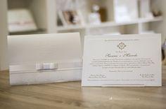 Convite de casamento clássico e elegante com brasão exclusivo e laço Chanel.