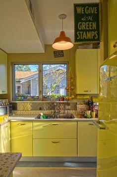 Retro kitchen decor Yellow Kitchen Interior, Yellow Kitchen Designs, Yellow Kitchen Cabinets, Update Kitchen Cabinets, Retro Kitchen Decor, Eclectic Kitchen, Interior Design Kitchen, Interior Decorating, Yellow Kitchens
