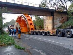Carreta com peça de hidrelétrica fica presa em viaduto da BR-354 em Arcos