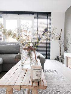 Zwart, wit, grijs en hout, dat zijn de kleuren die je bij Luciënne in huis ziet. Als je beter kijkt valt je oog beslist ook op de toffe wandkast en die stoere zwarte jaloezieen.