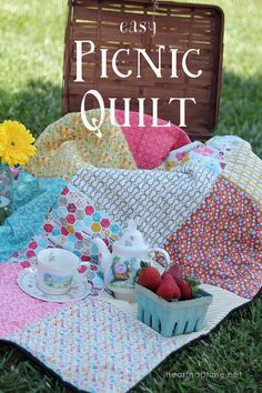 Easy Picnic Quilt from I Heart Nap Time uses layer cakes or stackers Quilting Tips, Quilting Tutorials, Quilting Projects, Quilting Designs, Sewing Projects, Sewing Ideas, Picnic Quilt, Sewing Crafts, Diy Crafts
