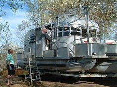 OMG A CAMPER BOAT I'M IN HEAVEN! Ever see an Avion on pontoons? A guy in Blairsville, GA created this unusual boat when he found a rusted frame Avion with a mostly gutted interior. He has made a beautiful boat, that also has overnight accommodations. Airstream Campers, Camper Trailers, Airstream Living, Trailer Casa, Boat Trailer, Cool Campers, Vintage Travel Trailers, Vintage Campers, Camping Car