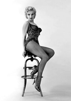 You are buying a glossy photo of Marilyn Monroe. This promotional portrait was done for the movie 'Bus Stop' in Marilyn Monroe Glossy Photo. Marilyn Monroe Wallpaper, Marilyn Monroe Fotos, Hollywood Stars, Old Hollywood, Hollywood Icons, Hollywood Glamour, Divas, Viejo Hollywood, Photos Rares