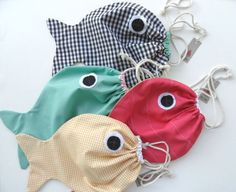 Tutorial for a fish pattern drawstring bag Small Sewing Projects, Sewing For Kids, Diy Projects, Fabric Bags, Fabric Scraps, Sewing Toys, Sewing Crafts, Sewing Tutorials, Sewing Patterns