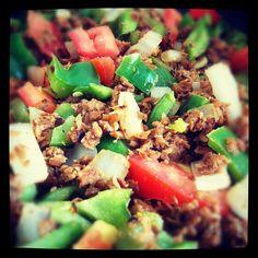 Carne de soya con pimientos, jitomate, cebolla y ajo. Sal de mar y pimienta.