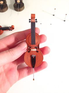 This quilled cello is featured in a step-by-s - Quilling Paper Crafts Diy Quilling, Quilling Dolls, Paper Quilling Earrings, Paper Quilling Cards, Paper Quilling Flowers, Paper Quilling Tutorial, Paper Quilling Patterns, Quilled Paper Art, Quiling Paper
