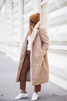 loving this neutral monochrome chic winter outfit idea for young women in their it's the perfect way to rock the latest fashion trend: the teddy bear coat camel coat women Chic Winter Outfits, Winter Fashion Casual, Autumn Winter Fashion, Fall Outfits, Casual Fall, Winter Clothes, Classy Casual, Winter Outfits Women 20s, Jeans Outfit Winter
